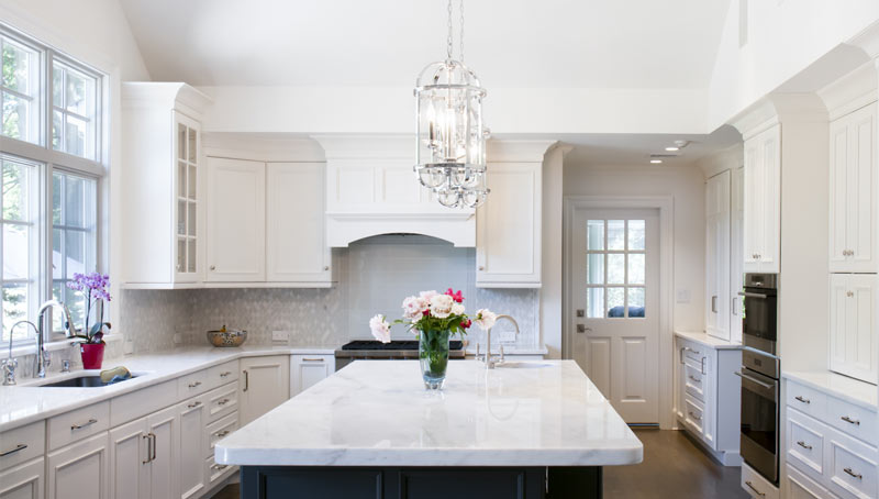 Traditional Home Design with White Farmhouse Kitchen Cabinets